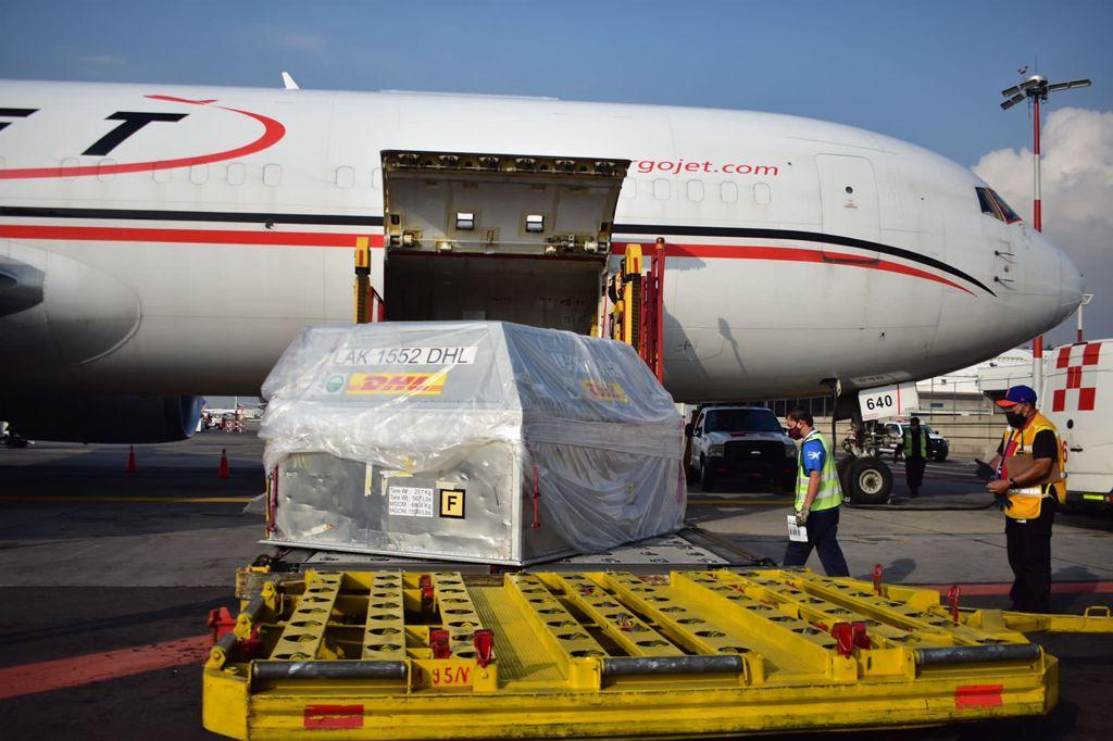 Llegan a México 228 mil 150 vacunas anti covid de Pfizer