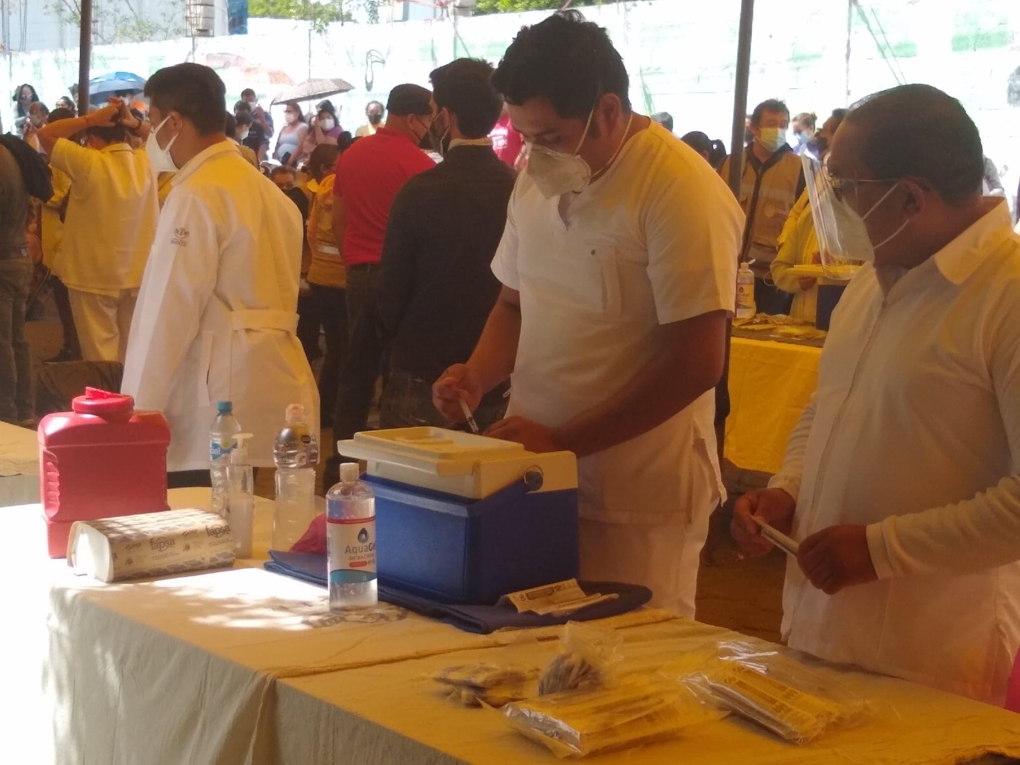 Personas de 50 y más en Tehuacán llevan un mes esperando segunda dosis anticovid