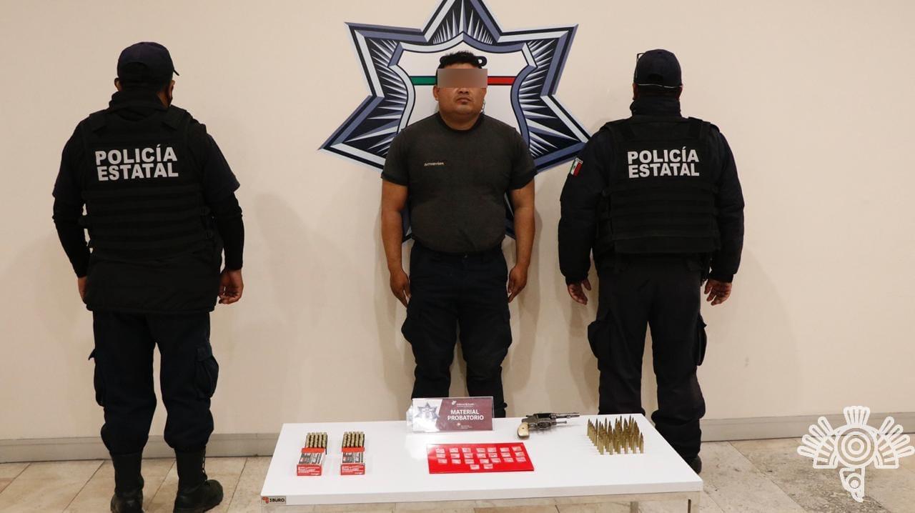 Detienen a presunto vendedor de armas en Caxhuacan