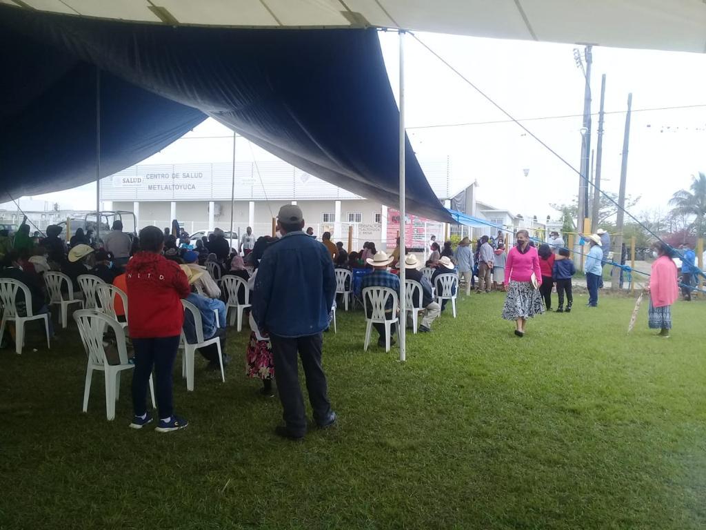 Hasta siete horas esperaron abuelitos vacuna covid en Francisco Z. Mena