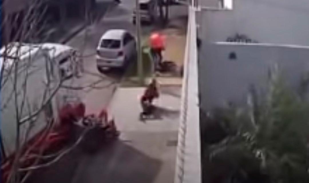 VIDEO Con su camión hombre arrolla a delincuente y frustra asalto