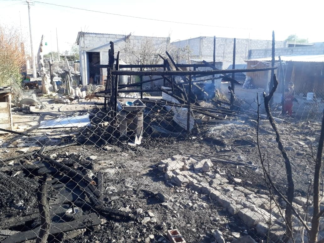 Incendio reduce a cenizas humilde vivienda en Tehuacán