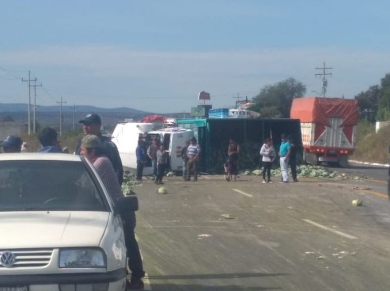 Vuelca un camión cargado con verduras en Acatzingo
