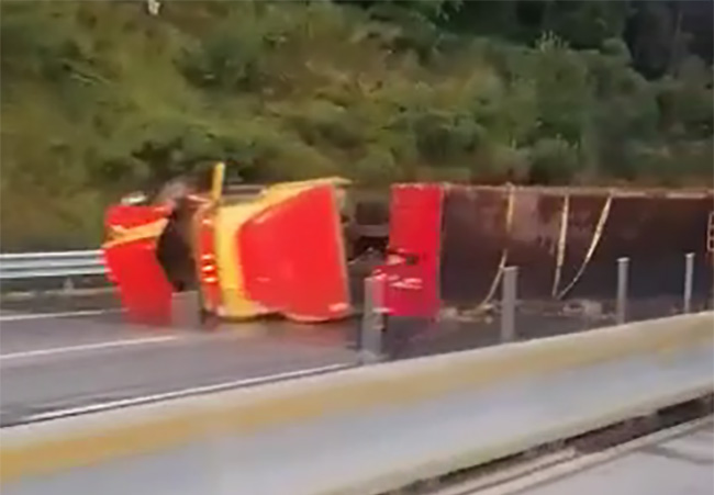 VIDEO Se vuelca tráiler de Bonafont y provoca cierre de la México-Puebla