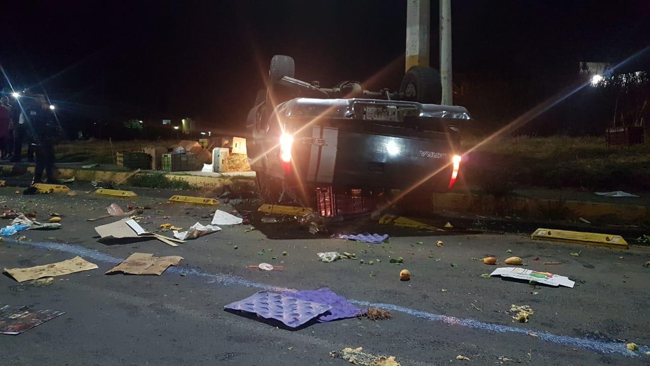 Conductor ebrio vuelca camioneta y muere copiloto en Atlixco