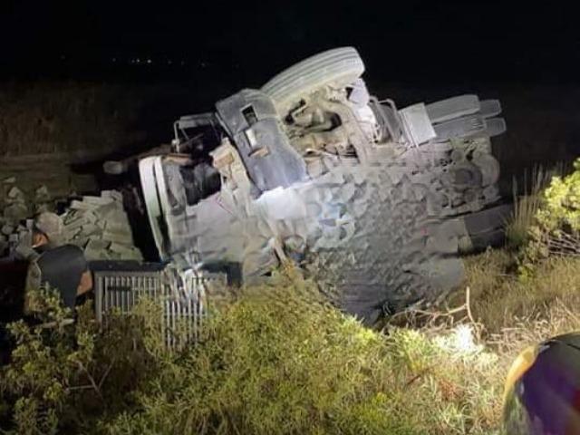 Vuelca camión de tabiques en Tlachichuca; hay dos lesionados
