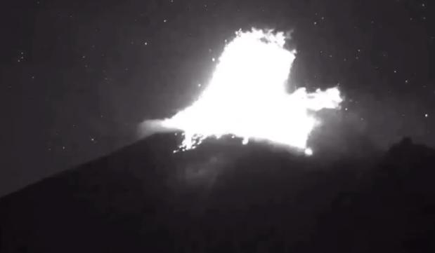 VIDEO Incrementa actividad del Popocatépetl, arroja fragmentos incandescentes