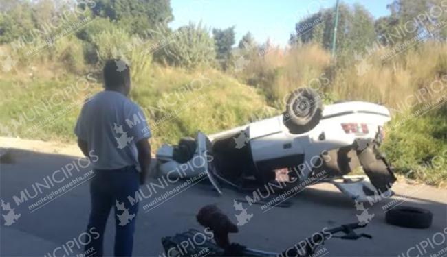 VIDEO Auto vuelca en Texmelucan y Tránsito le cobra a conductor por daños a la vialidad