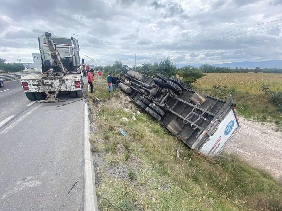 Camión termina volcado en la autopista Puebla-Orizaba en Palmar de Bravo