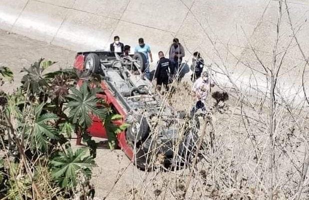 Camioneta con dos mujeres vuelca en dren de Tecali para evitar asalto