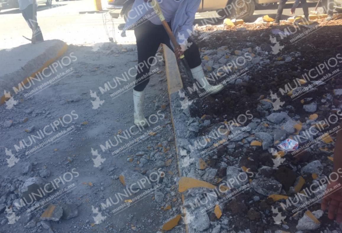 Pobladores destruyen paso peatonal en Tecamachalco