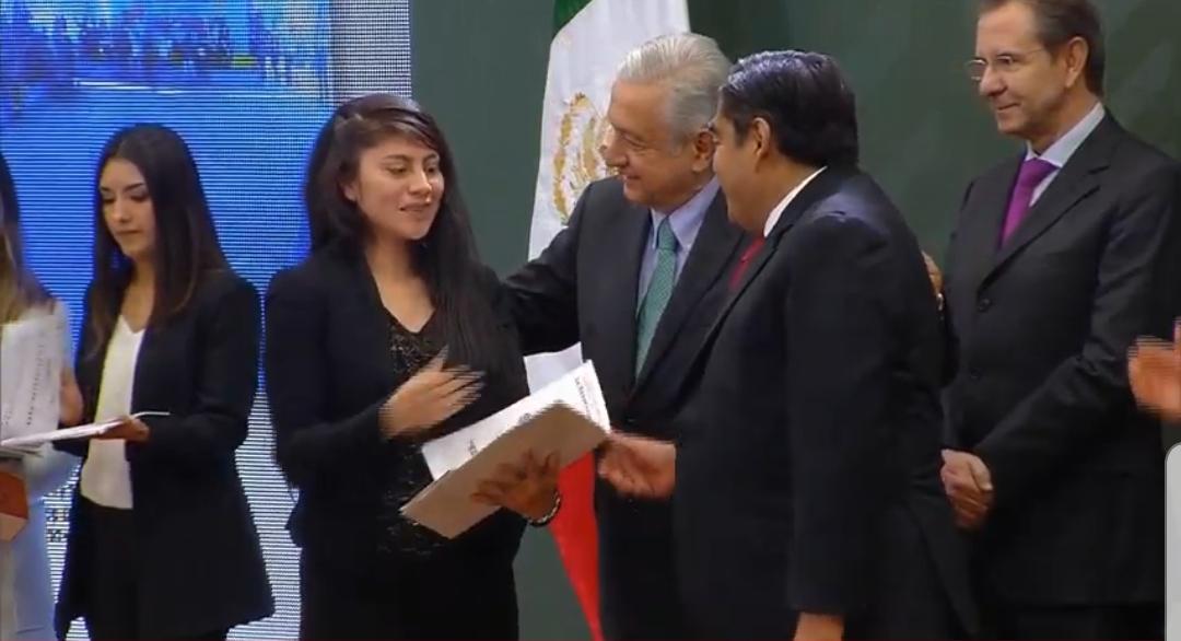 Entregan AMLO y Barbosa 338.3 mdp para mil 695 escuelas de Puebla