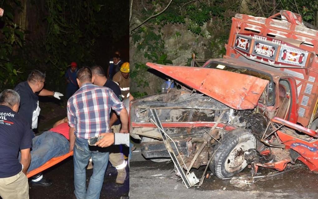 Autobús Vía embiste camioneta y casi mata a dos jóvenes en Teziutlán
