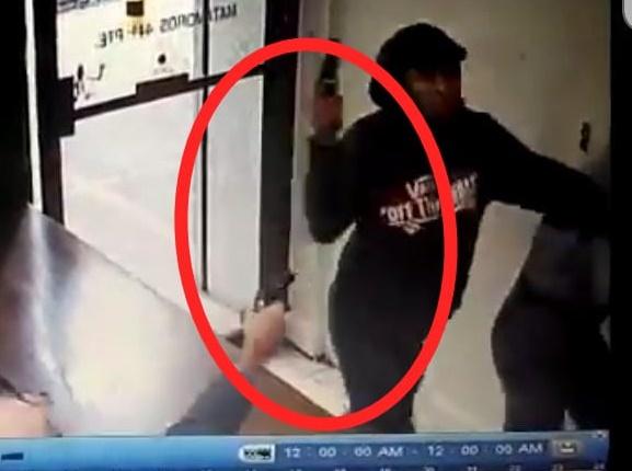 VIDEO Asaltante es acribillado por cliente de local que iba a atracar