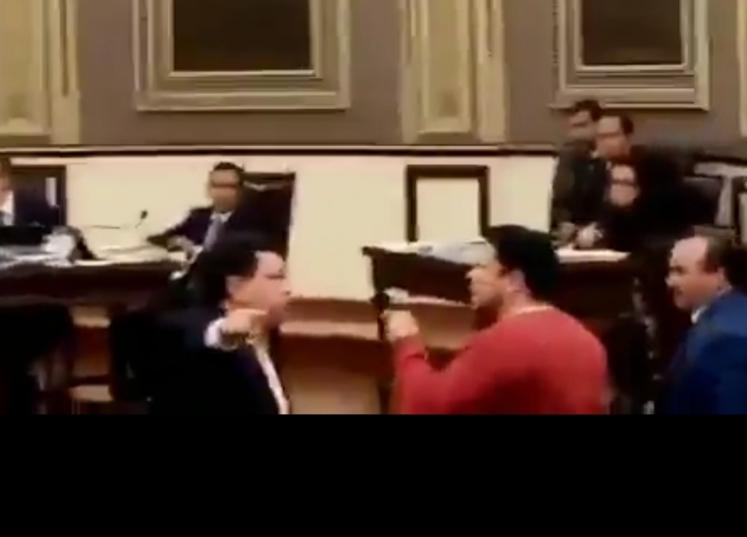 VIDEO Vuelan manotazos y tablets en pleito de Héctor Alonso y Biestro