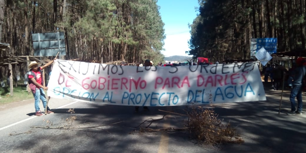 Bloqueo en la carretera federal México- Tuxpan para exigir servicios