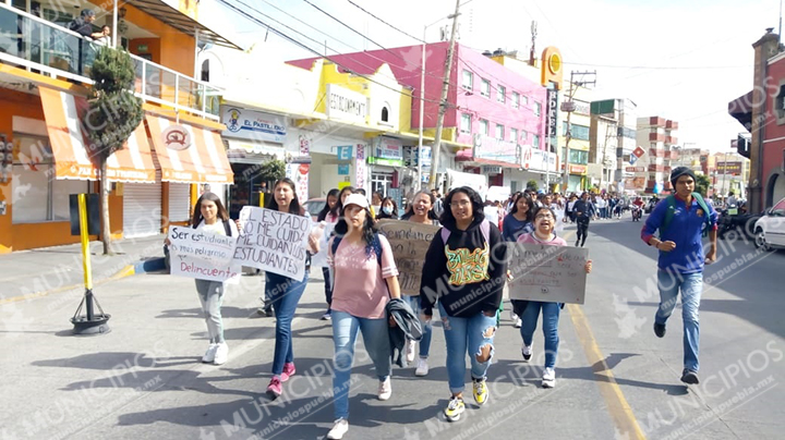 Alumnos BUAP en Texmelucan marchan para exigir seguridad