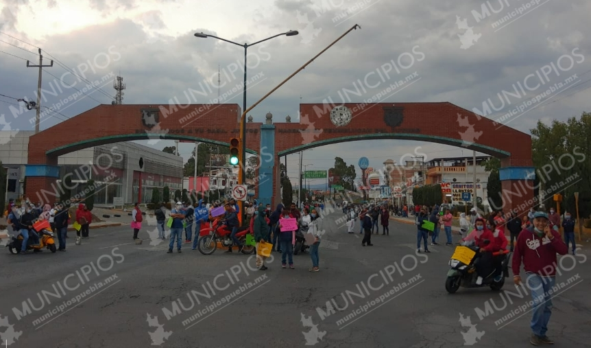 VIDEO Bloquean accesos a Texmelucan para exigir regreso de tianguis