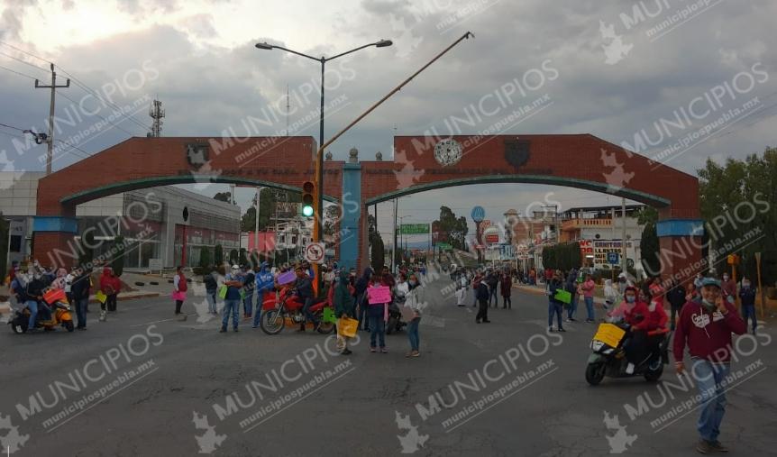 VIDEO Bloquean accesos a Texmelucan para exigir regreso de tianguis