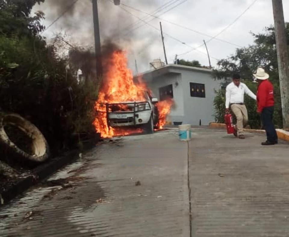 Vecinos evitan que incendio en auto alcance vivienda de Ixtepec