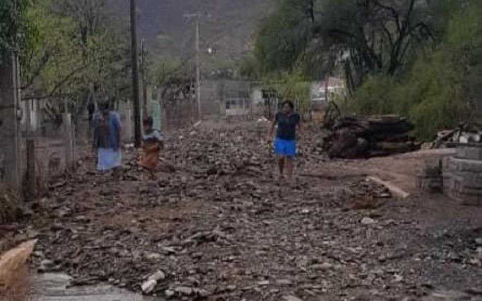 Lluvias dejan a vecinos entre escombros en Xayacatlán de Bravo