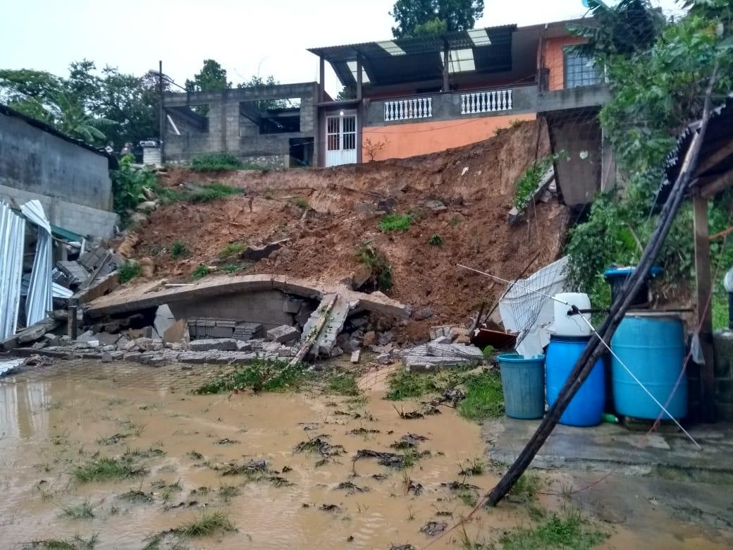Alud sepulta casa y deja otras en riesgo en Xicotepec