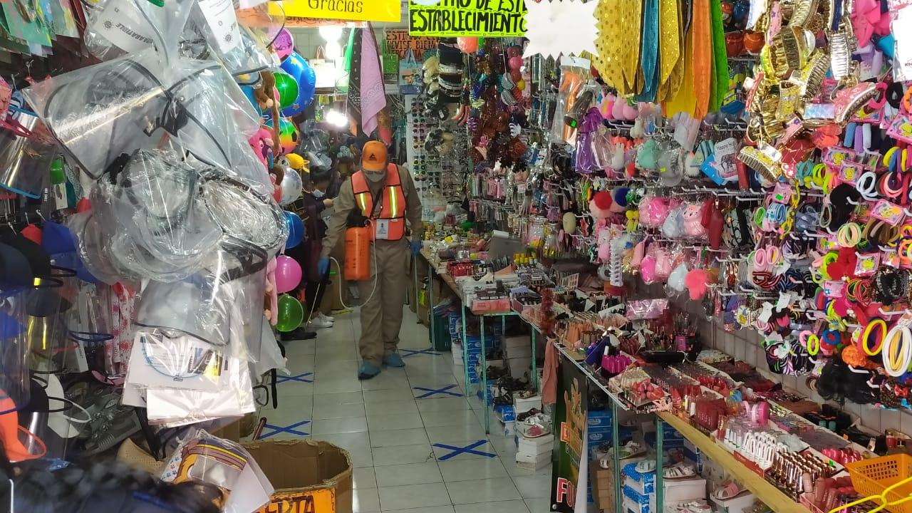 Sanitizan taxis y locales de Huauchinango para prevenir Covid19