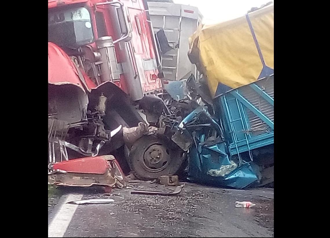 Mueren dos en choque frontal de camiones en Acatzingo