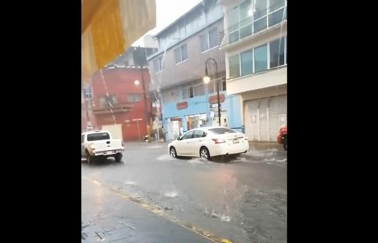 Inundaciones afectan comercio en centro de Huauchinango