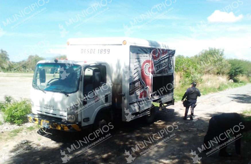 Ladrones saquean camión de cerveza en Tecamachalco