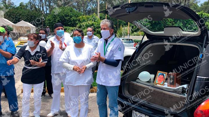 Entre lágrimas despiden a trabajador del IMSS Metepec muerto por Covid