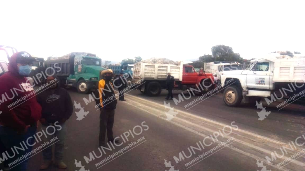 Transportistas bloquean vía Tecamachalco - Cañada Morelos