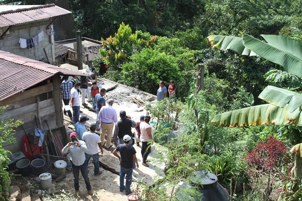 En riesgo, 21 familias de Tlacuilotepec por lluvias y deslaves