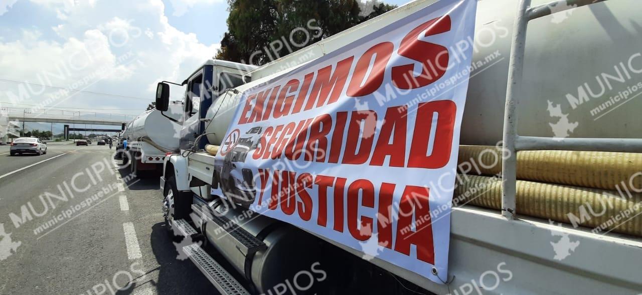 Cansados de los asaltos en zona de Tecamachalco, conductores de pipas protestan
