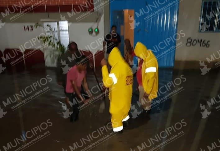 Autoridades continúan labores de limpieza en Izúcar tras lluvias
