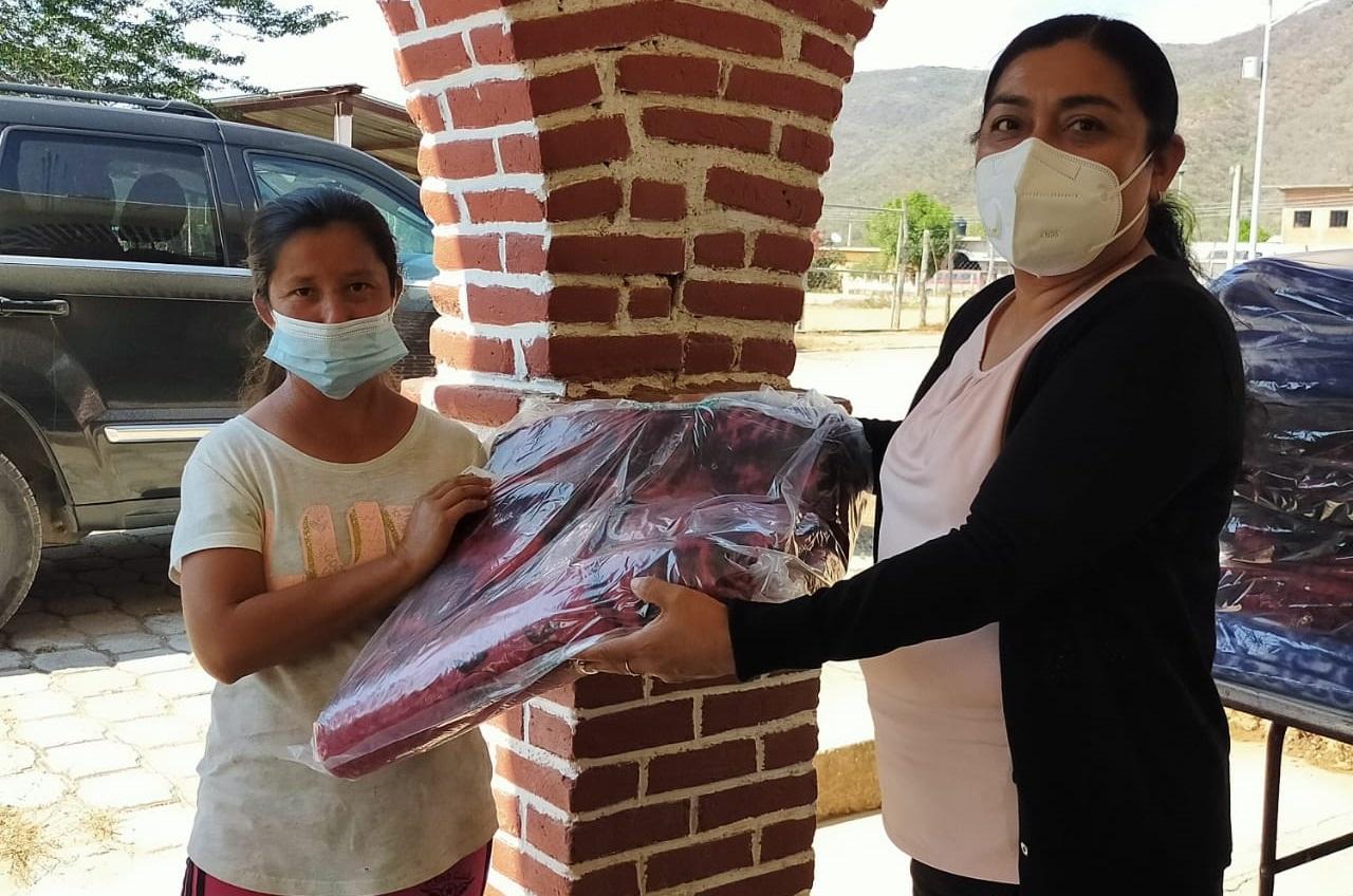 Entregan cobijas a población vulnerable en Tecomatlán