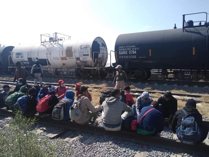 Aseguran a 21 migrantes en cruce de ferrocarril de Ciudad Serdán