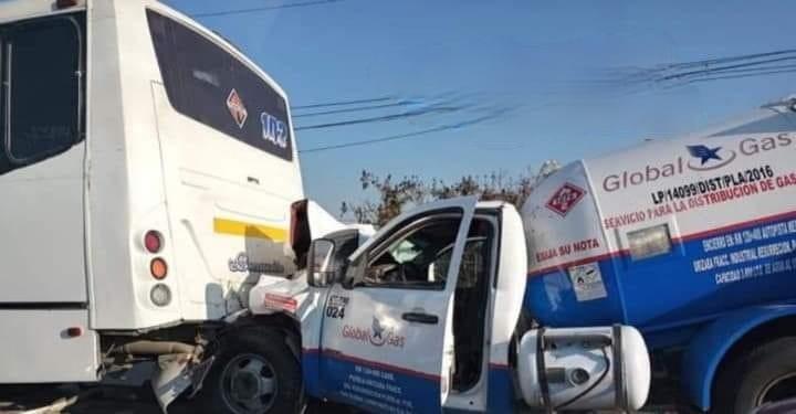 Miedo sobre ruedas, choca pipa de gas contra autobús en Chachapa