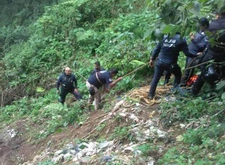 Rescatan a ebrio que cayó 50 metros en barranca de Zacapoaxtla