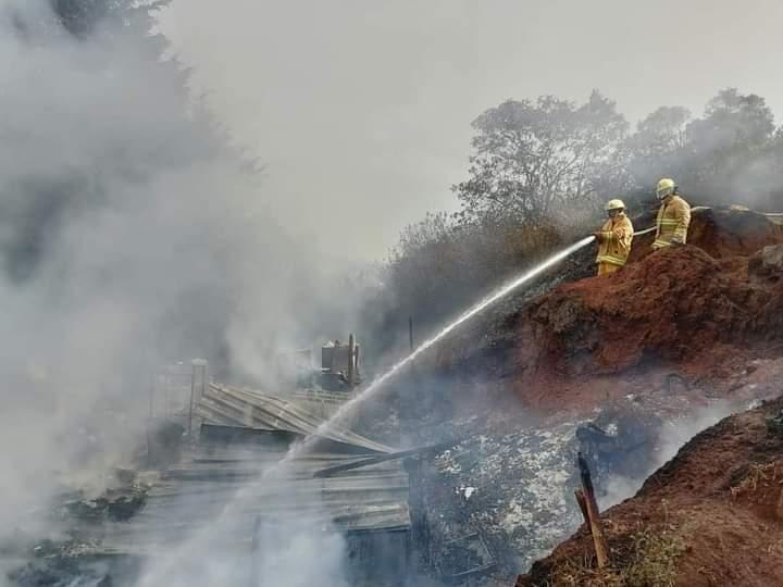 Familia pierde su hogar consumido por el fuego en Zacatlán