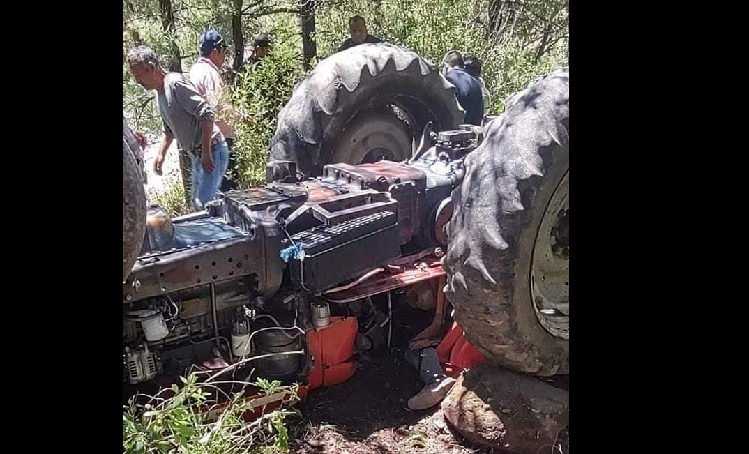 Muere aplastado por tractor en que iba con su esposa en Acajete