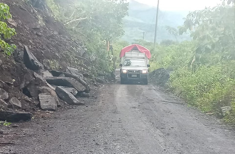 Reabren camino bloqueado tras deslave en Xicotepec