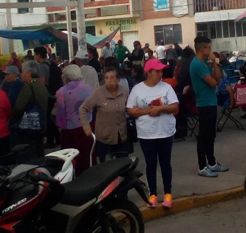 Adultos mayores esperan durante 6 horas por apoyos en Texmelucan