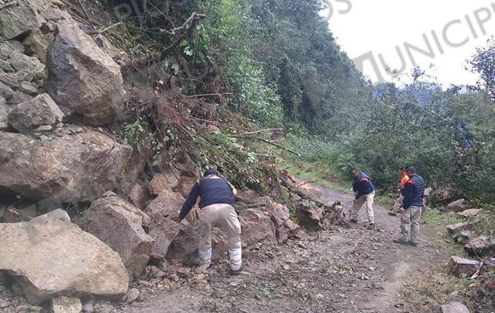 Deslaves bloquean caminos en Tlatlauquitepec