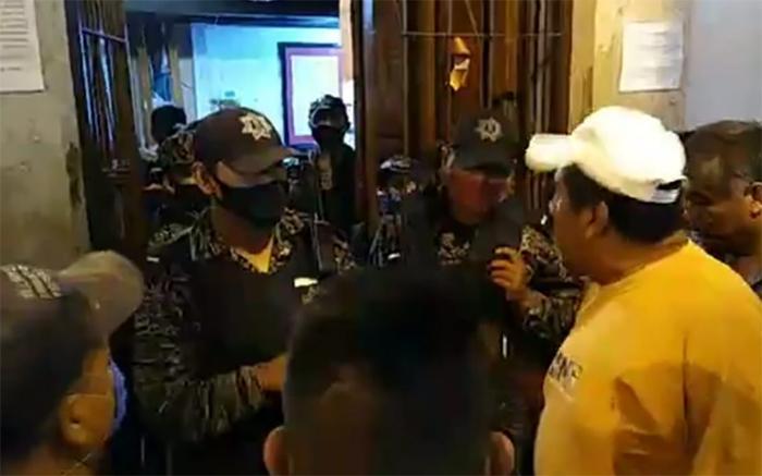 VIDEO Se enfrentan en alcaldía de Zacapoaxtla por abuso de poder de policías