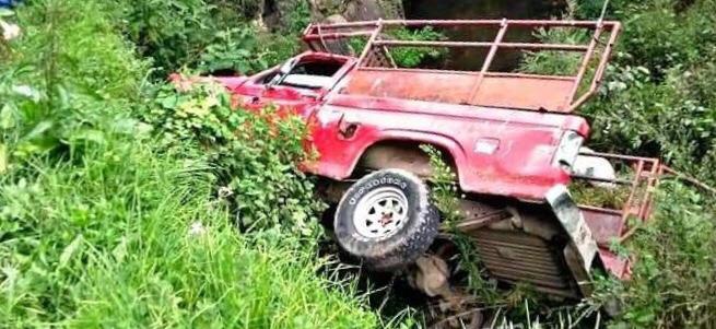 Un muerto y dos heridos por caída de camioneta al río de Zacapoaxtla