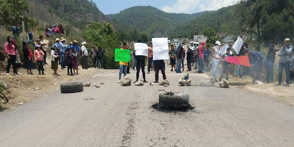Pobladores de Zautla cierran vialidad; exigen despensas al edil